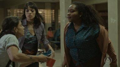 Valquíria é acusada de roubo por Joelma - Eliete aparece e tenta apaziguar o conflito entre as duas alunas