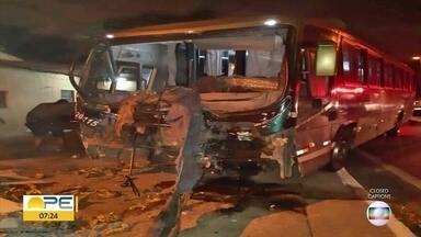 Borracheiro morre atropelado por ônibus e três ficam feridos em acidente na BR-101 - Homem trocava pneu na pista esquerda, quando foi atingido. Coletivo derrubou muro de casa e poste em seguida. Motorista do coletivo e passageiro ficaram feridos.