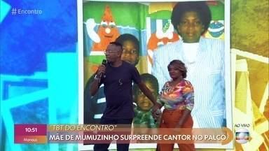 Mãe surpreende Mumuzinho no palco do 'Encontro' - Cantor participa do '#TBT do Encontro' e relembra momentos difíceis de sua infância