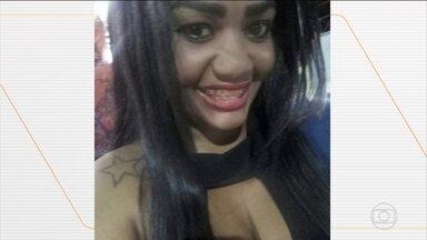 Duas mulheres são mortas após discussão com parceiros na Baixada Fluminense - Testemunhas contaram à polícia que, enquanto as crianças assistiam televisão na sala, Lucas Lemos Lopes enforcou Adriana Valério, de 33 anos, no quarto e fugiu. A polícia está a procura dele e investiga outro caso de feminicídio que também aconteceu em Belford Roxo. Jéssica da Silva Sales, de 31 anos, foi morta a facadas após discutir com o ex-namorado Osmar Antonio, preso no hospital.