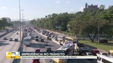 Motoristas fazem bandalha pra fugir de trânsito na Avenida Brasil - undefined