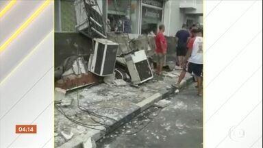 PM e bombeiros interditam shopping em Penápolis (SP) após queda de marquise - Uma jovem de 18 anos morreu e uma mulher de 38 anos ficou ferida.