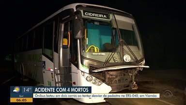 Acidente entre ônibus e dois carros deixa quatro pessoas mortas na ERS-040 - Ônibus teria colidido com dois carro ao tentar desviar de pedestre.