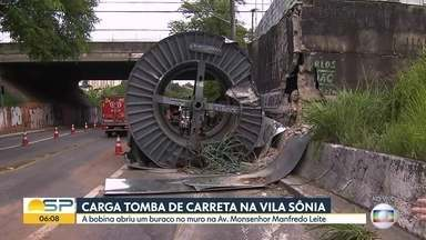 Carreta com bobina de fios elétricos tomba na Zona Sul de São Paulo - Acidente acontece na manhã desta segunda-feira (25) e a bobina abriu um buraco no asfalto da região.