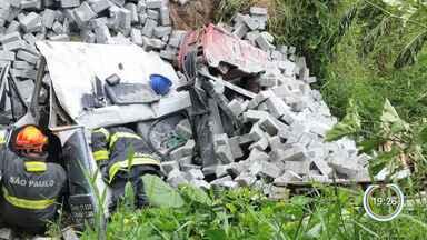 Caminhão carregado com blocos de concreto tomba em Jacareí - Acidente foi no Cidade Salvador e deixou dois feridos.