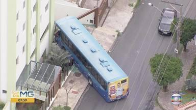 Ônibus bate e derruba parte de muro em Belo Horizonte - Acidente foi na Rua Nísio Batista de Oliveira, no bairro São Lucas, na Região Centro-Sul.