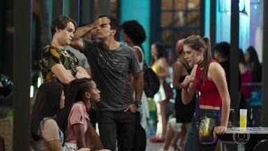 Anjinha desabafa com os amigos sobre o comportamento de Cléber - Ela diz que levou um toco do rapaz. Thiago dá razão a Cléber e Jaqueline reclama