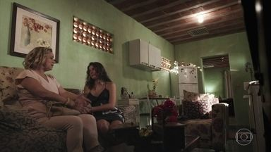 Regina pede que Meg convença Max a aceitar Guga - A mãe de Guga aparece de surpresa na casa de Margarida e pede que Meg use o filho para convencer seu marido a recebê-los de volta em casa