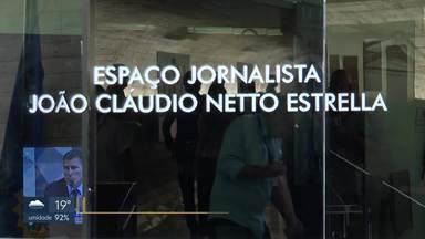 Espaço da imprensa no Senado ganha nome de jornalista da Rede Globo - O jornalista João Cláudio Netto Estrella, que trabalhou durante doze anos como produtor no Senado Federal, morreu em junho deste ano.