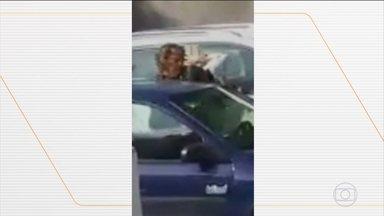 Polícia de Fortaleza procura homem que agrediu mulher depois de discussão de trânsito - Vídeo gravado com celular mostra o momento em que ele cuspiu e ainda deu um soco no rosto dela.