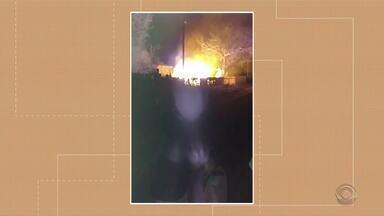 Casa de casal suspeito de torturar criança é incendiada - Assista ao vídeo.