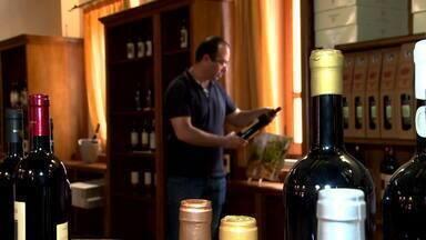 EXTRA: Oliena, na Sardenha, produz o vinho da longa vida: Cannonau do tipo Nepente - Ilze Scamparini visitou uma cooperativa da cidade, onde se produz o vinho Nepente, que em grego quer dizer 'nenhuma tristeza'.