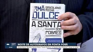"""Escritor lança livro sobre Irmã Dulce - Graciliano Rocha lança livro """"Irmã Dulce, a Santa dos Pobres""""."""