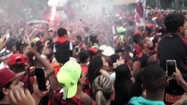 Torcedores do Flamengo percorrem 5.000 km para ver final da Libertadores em Lima - O Profissão Repórter dividiu a sua equipe para acompanhar a euforia dos torcedores nas favelas e na cidade do Rio de Janeiro; a paixão dos argentinos que acompanharam o River Plate até Lima; e os milhares de quilômetros percorridos por quatro países para seguir os torcedores que foram ver a final da Libertadores.