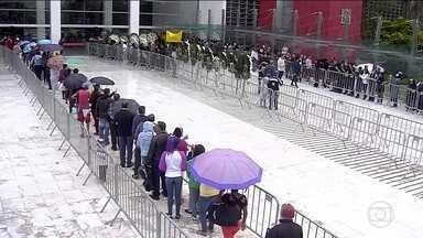 Boletim JN: Velório de Gugu Liberato já dura quatro horas - Na fila para se despedir do apresentador, muita emoção dos fãs. O velório está previsto para terminar na sexta-feira (29) às 10h.