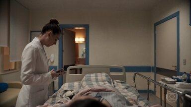 Betina afirma a Vicente que o casamento dos dois acabou - Magno percebe um hematoma no braço da enfermeira, que disfarça