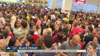 Moradores passam a madrugada fazendo compras na Black Friday em BH - Algumas lojas de departamento abriram à meia noite, houve filas e empurra-empurra em um shopping.