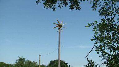 Agricultor faz economia com gerador movido a vento - O equipamento não teve custo para o produtor porque faz parte de um projeto da escola rural, onde os alunos estudam sobre fontes renováveis de energia