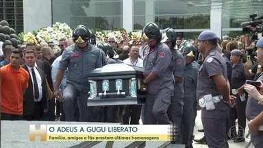 Gugu Liberato é sepultado em cemitério na Zona Sul de São Paulo - Corpo do apresentador chegou em carro aberto do corpo de bombeiros e foi acompanhado por uma carreata de taxistas e familiares.