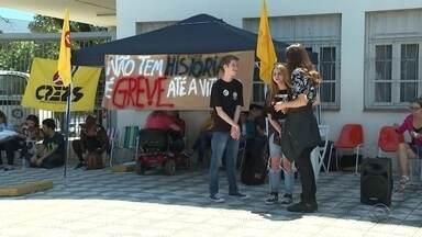 Em Erechim, professores acampam em frente à Coordenadoria de Educação - Protestos acontecem por conta do pacote do Governo do Estado.