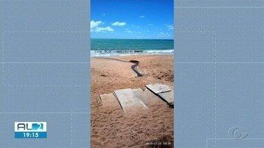 Esgoto na praia da Jatiúca continua incomodando turistas e comerciantes - A suspeita é que se trata de uma ligação clandestina de esgoto.