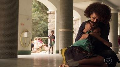 Vitória conhece Tiago e se emociona - Advogada vai até o orfanato e leva um presente para o menino