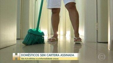 Três em cada quatro empregados domésticos não são registrados, aponta IBGE - Brasil tem mais de seis milhões de trabalhadores domésticos, segundo o IBGE e mais de quatro milhões sem carteira assinada. Em quatro anos, a informalidade cresceu 8%. O país tem hoje mais de 2,5 milhões de domésticas que deveriam estar registradas.