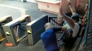 Dois bandidos roubam a arma de vigilante em estação de metrô no Recife (PE) - O vigilante não reagiu.