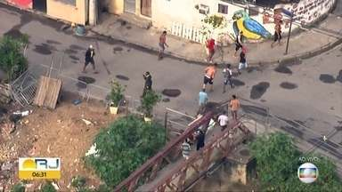 Flagrante mostra criminosos correndo da polícia na Cidade de Deus - Imagens foram feitas pelo Globocop na manhã desta segunda-feira (2). Policiais fazem uma operação na comunidade da Zona Oeste.