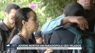 Jovens mortos na tragédia em Paraisópolis são velados na manhã desta segunda (02) - Nove jovens morreram pisoteados depois que a Polícia Militar entrou na comunidade durante um baile funk. Um deles tinha 14 anos.