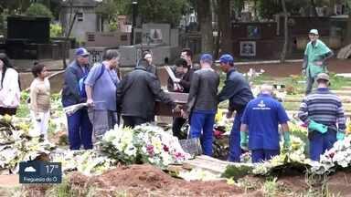 Vítimas de tragédia em Paraisópolis são enterradas na capital e na região metropolitana - O mais novo tinha 14 anos, e o mais velho 23. Além de tristeza, parentes e amigos demonstraram muitas dúvidas sobre o que aconteceu na noite de domingo (1º) na comunidade.