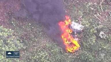 Aeronáutica vai investigar causas de acidente com bimotor na Serra da Cantareira - O piloto morreu. A caixa preta e os destroços do avião poderão explicar as causas da queda.