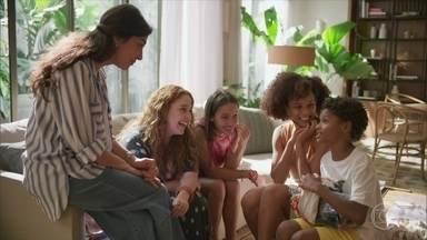 Tiago conhece Natália, Miranda e Carol - O menino pergunta pela mãe das três irmãs