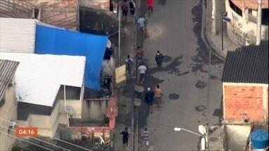 Cidade de Deus, no Rio, tem mais um dia de tiroteios - Na manhã desta segunda-feira (2), o Globocop flagrou criminosos fugindo da Polícia Militar durante uma operação.