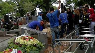 Duas vítimas da tragédia de Paraisópolis são enterradas em São Paulo - Corpos de Marcos Paulo Oliveira, de 16 anos, e de Bruno Gabriel dos Santos, de 22 anos, foram sepultados nesta terça-feira (3).