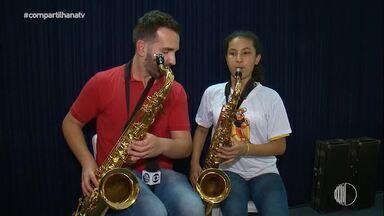 Filipe Almeida testa instrumentos e se diverti em ensaio do Projeto Pequenos Músicos - Assista ao vídeo!