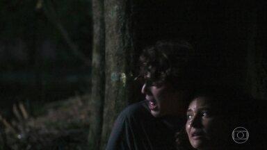 Rui e Rita fogem do cativeiro - Os dois tentam se esconder na mata. Rita decide correr e tentar encontrar a estrada