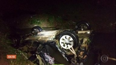 Motorista morre e passageira desaparece após carro ser arrastado por chuva em MG - Equipes buscam a desaparecida em Sete Lagoas. Em vários pontos o asfalto foi arrancado.