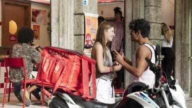Anjinha questiona Cléber sobre a situação de sua família - Cléber se incomoda e diz que prefere não contar o que aconteceu para que sua mãe e seus irmãos fossem embora para a Bahia