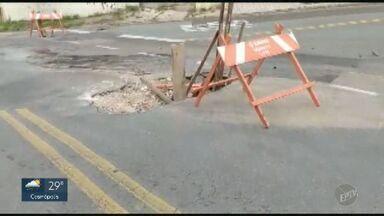 'Até quando'?: buraco em rua do Jardim Santa Lúcia em Campinas ainda não foi consertado - Situação acontece na Rua Milton Benfica.