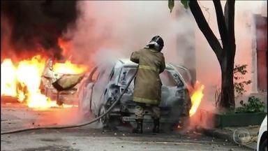 Carros são incendiados na Zona Norte do Rio de Janeiro - Bombeiros disseram que encontraram três carros pegando fogo na mesma rua do Rio Comprido, e outro em Vila Isabel, também na Zona Norte. A Polícia Militar está nas ruas dando apoio aos bombeiros.
