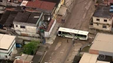 Criminosos atravessam pelo menos quatro ônibus em comunidade de Belford Roxo - Objetivo dos bandidos é atrapalhar a ação da polícia.