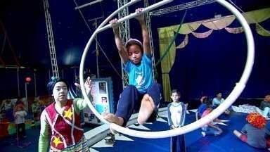 Circo oferece aulas para crianças em São Paulo - As atividades, segundo os responsáveis, trazem bons resultados.