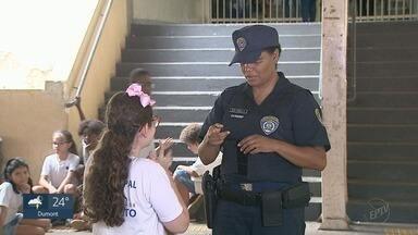 GCM aprende Libras para se comunicar com aluna surda e incentiva colegas em Ribeirão Preto - Ao todo, 20 guardas civis municipais foram capacitados para se comunicarem com deficientes auditivos.