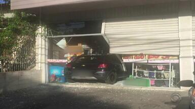 Motorista perde o controle e carro invade mercado em Porto Alegre - Assista ao vídeo.