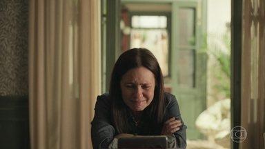 Thelma faz vídeo de despedida por conta da doença - Ela chora com a possibilidade de sua morte e interrompe gravação