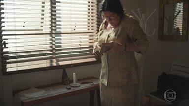 Lurdes aparece e esconde chip na casa de Vitória - Vitória prepara suco verde para Tiago
