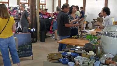 Casarão do Chá recebe visitantes com música e feira de artesanato - Organização estima que cerca de 2 mil pessoas passaram pelo local neste domingo. Casarão teve feira de cerâmica, artesanato e comida típica japonesa.
