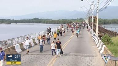 Moradores usam carrocellas para atravessar ponte interditada - Ponte dos Barreiros foi totalmente interditada para o tráfego no último sábado (30) e moradores buscam alternativas para amenizar transtornos.