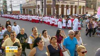 Em Manaus, procissão reúne centenas de fieis - Devotos da padroeira do Amazonas se reuniram no Centro da cidade.